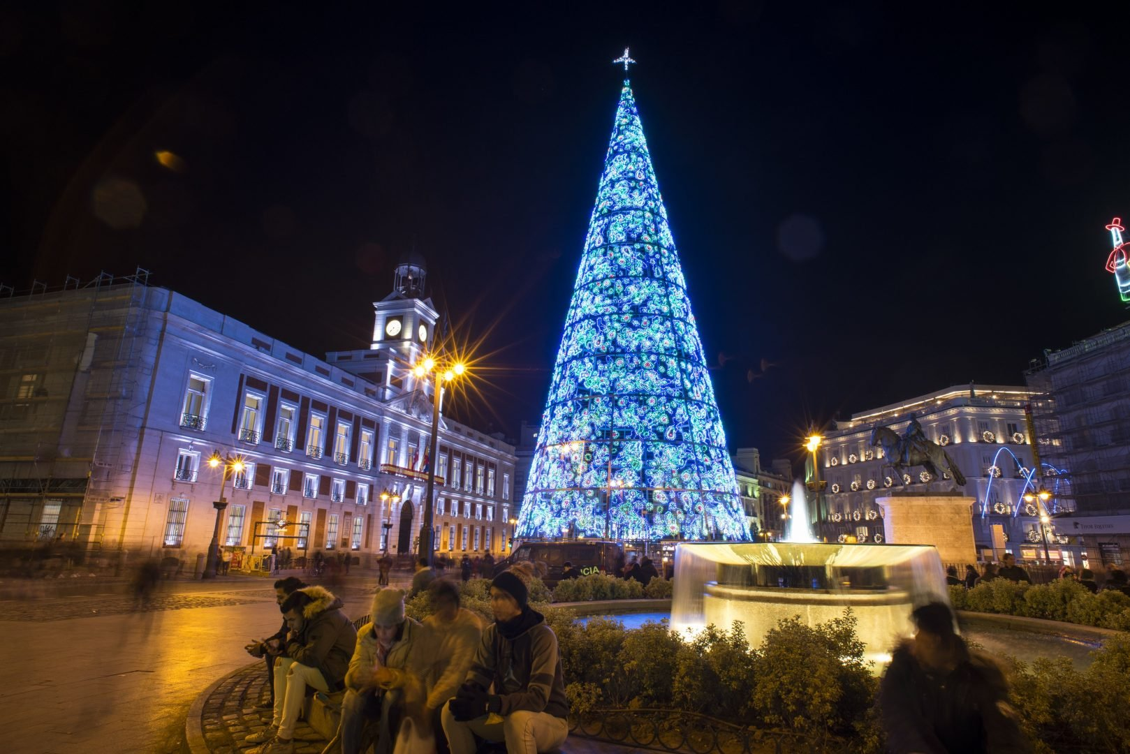 A christmas tree stands at puerta del sol in madrid spain for Puerta del sol 2017